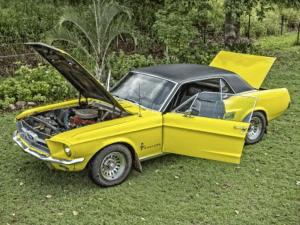 Gele auto Chassischeck